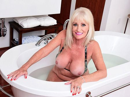 Sexy 64-year-old swinger Leah L'Amour