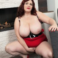 BIG hot woman Roxee Robinson extracts her monster tits from her dress and hooter-slings