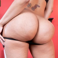 Seductive brunette Latina Mary Jean unveiling sugary-sweet arse from black skivvies and jeans