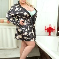 Golden-haired BIG BEAUTIFUL WOMAN Samantha Sanders bares her large titties as she readies for a bathtub