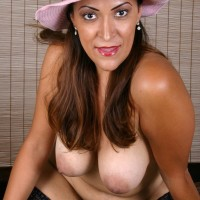 Bosomy aged dame in sun hat does away with heels from nylon wearing feet