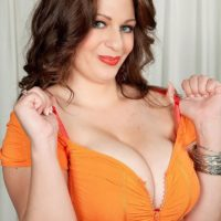 Chubby girl Jessica Roberts is unclothed and seduced by her massagist