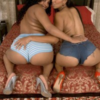 Black nymphs Soleil Hughes and Kandee Lixxx flaunt their enormous arses together
