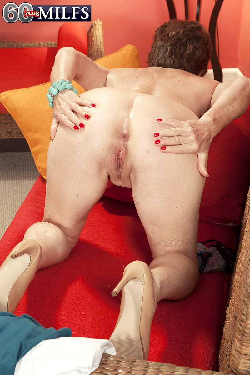 Fit GILF Bea Cummins grasps her bare butt after confidently showing her rock hard tits