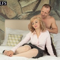 Mature sandy-haired woman Veronique delivering fellatio after receiving relieving rubdown