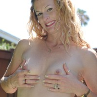 Senior amateur broad strips off bikini to pose nude outdoors in back yard
