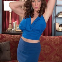 Over Fifty MILF Rachel Steele extracting massive funbags before having cooter munched out on sofa