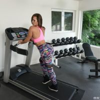XXX actress Kelsi Monroe offers up her adorable ass for arse-fucking in weight room
