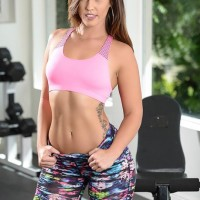 Pornostar Kelsi Monroe offers up her adorable rump for corn-hole banging in weight room