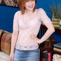 Red-haired teener Sadie Kennedy sets her tiny boobs free of her boulder-holder in amateur act