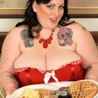 SSBBW Glory Foxxx engages in oral and vaginal sex while slurping a immense breakfast