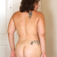 Chubber older gal uncovers her tattoos while undressing naked after playing tennis